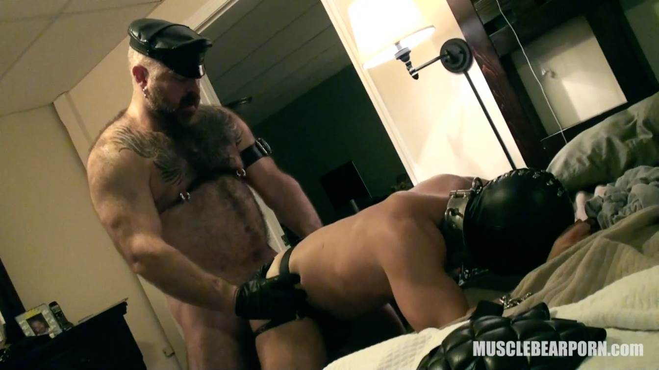 Muscle Bear Porn: Leather Slave 2
